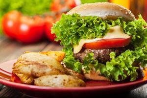 närbild av cheeseburger med pommes frites foto