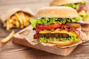 läcker hamburgare och pommes frites foto
