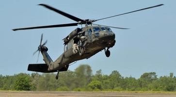 svart hök helikopter foto
