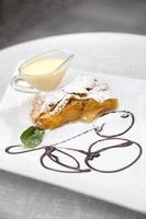 aprikosstrudel med vaniljsås och mynta foto