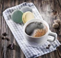 kopp kaffe och fransk macaron.