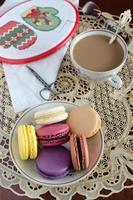 kaffe med makron och söm på din fritid foto