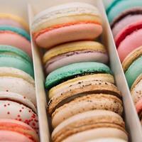 traditionella franska färgglada makroner i en låda foto