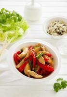 stekt kyckling med grönsaker och sallad.