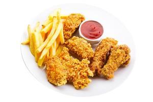 tallrik med stekt kyckling foto