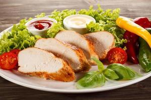 stekt kycklingfiléer och grönsaker foto