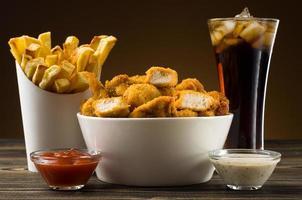 pommes frites kycklingklumpar och cola foto