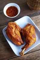 närbild thailändsk kyckling stekt foto