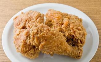 friterad kyckling på en vit skål foto