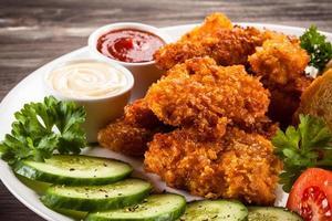 kycklingklumpar och grönsaker foto