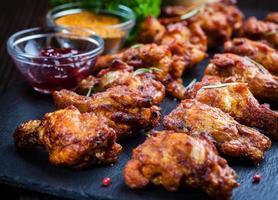 BBQ kycklingvingar med kryddor och dopp foto