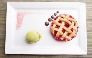 körsbärspaj med choklad- och pistaschglass foto