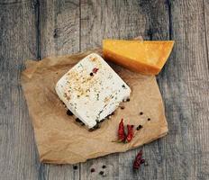 två typer av ost foto