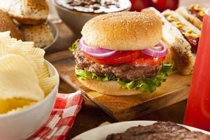 hjärtlig grillad hamburgare med sallad och tomat foto