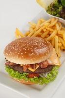 färsk hamburgare med pommes frites och sallad