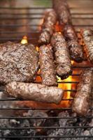 kött på grillen foto