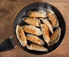 asiatisk maträtt stekt klimpar i matlagningspannan foto