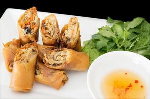 vietnamesiska vegeratiska äggrullar, cha gio chay på svart bakväxt