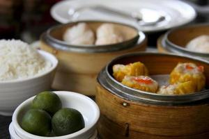 fläsk siomai räkor dumplings calamansi dim sum måltid foto