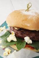 gourmetburger på fat foto