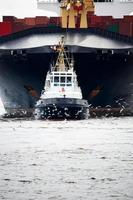 bogserbåt som drar fraktbåt