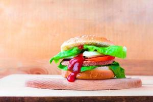 närbild hemlagad hamburgare färska grönsaker foto