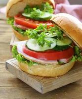 mellanmålburgare med färska grönsaker och skinka foto