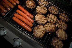 BBQ-hamburgare och korv foto
