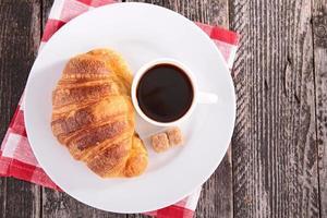 kaffe och croissant foto