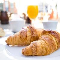 kaffe och croissanter foto