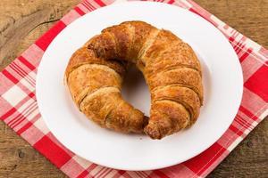 färska bakade croissanter foto