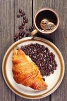 croissanter och kaffe foto