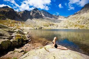 yoga som tränar i tatry bergen foto