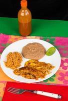 bönor och ris med enchilador foto