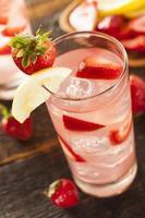 uppfriskande iskall jordgubbslimonad foto
