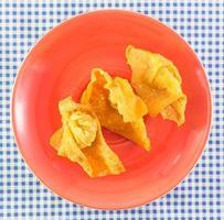 thai stekt wonton på röd maträtt foto