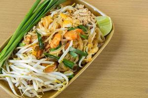 Thailands nationella rätter, stekt nudlar med ägg, vegetab foto