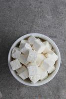 feta getter ostbitar i skålen foto