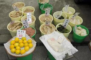 inlagda grönsaker på en markerad i Japan foto