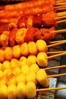 grillad riskaka på marknaden - koreansk mat foto