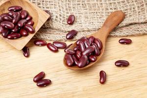 röda bönor i träsked foto