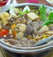fårkött varm kruka med kinesisk ört foto