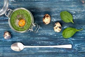 grön smoothie spenat med vaktelägg. foto