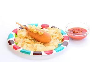 majshund och chips foto