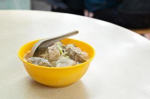 räksskal soppa serveras i ett traditionellt Hong Kong café foto
