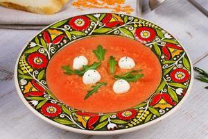 röd lins och tomatsoppa med mozzarella foto