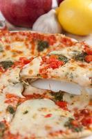 aptitretande pizza med mozzarellaost och frukt foto
