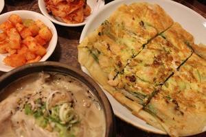 skaldjurspannkaka och koreansk ginseng kycklingsoppa foto