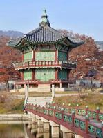 pagod och traditionell arkitektur, Gyeongbokgung-palatset i Seoul, Sydkorea foto