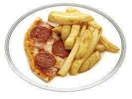 tv-middag med pizza och chips foto